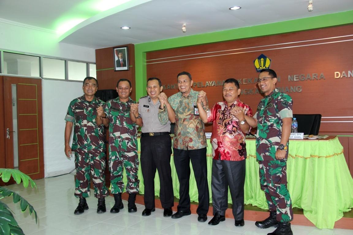 KPKNL Pangkalpinang Serahkan 204 Sertifikat Tanah Untuk Satker