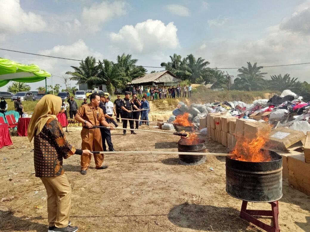 Jaga Kestabilan Ekonomi, KPPBC Pekanbaru bersama KPKNL Pekanbaru Musnahkan Barang Tegahan