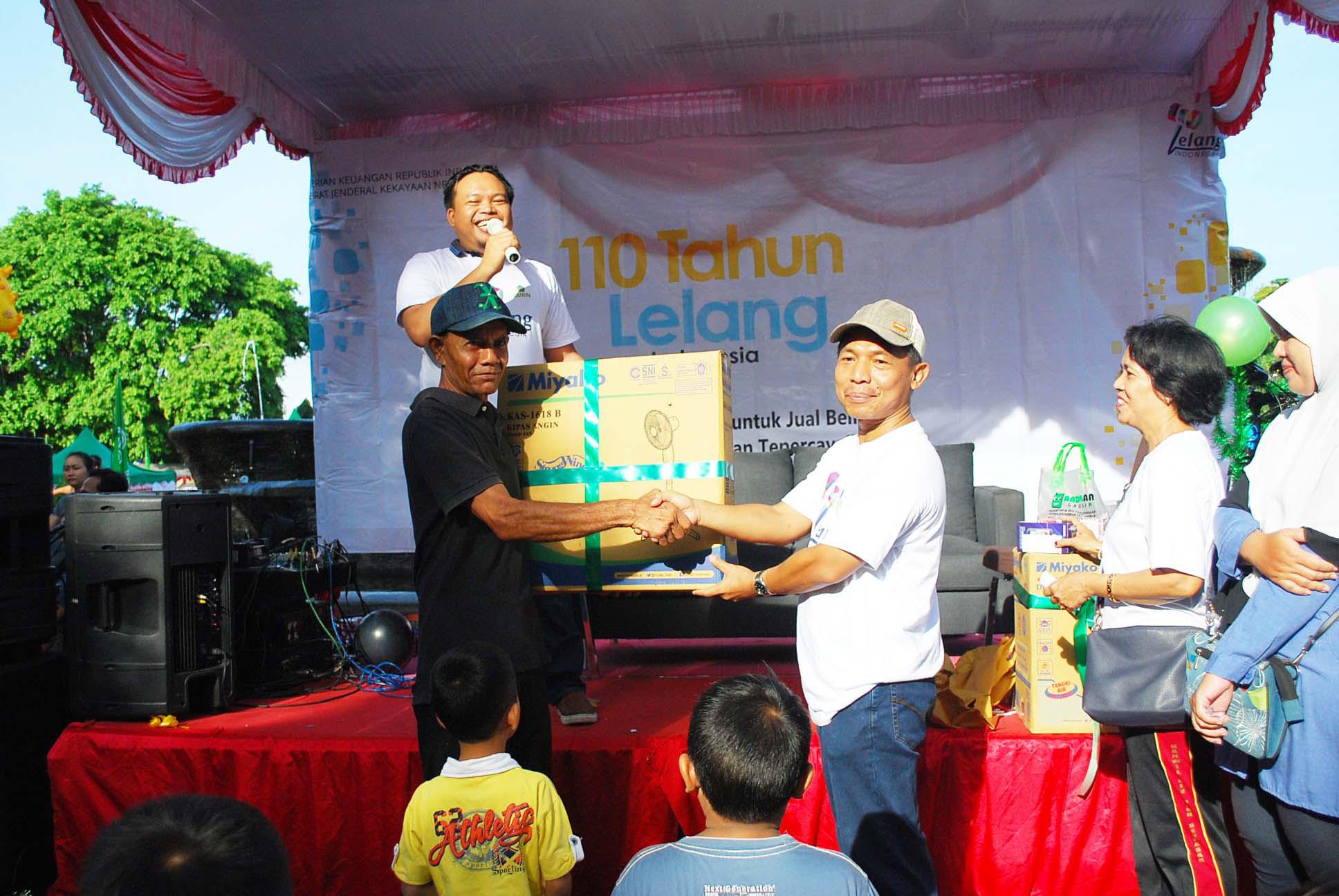 KPKNL Singaraja Berikan Kejutan pada Pemenang Lelang di Car Free Day