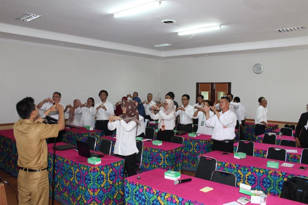 Serunya Belajar Bahasa Isyarat Dalam Rangka Implementasi Pengarusutamaan Gender