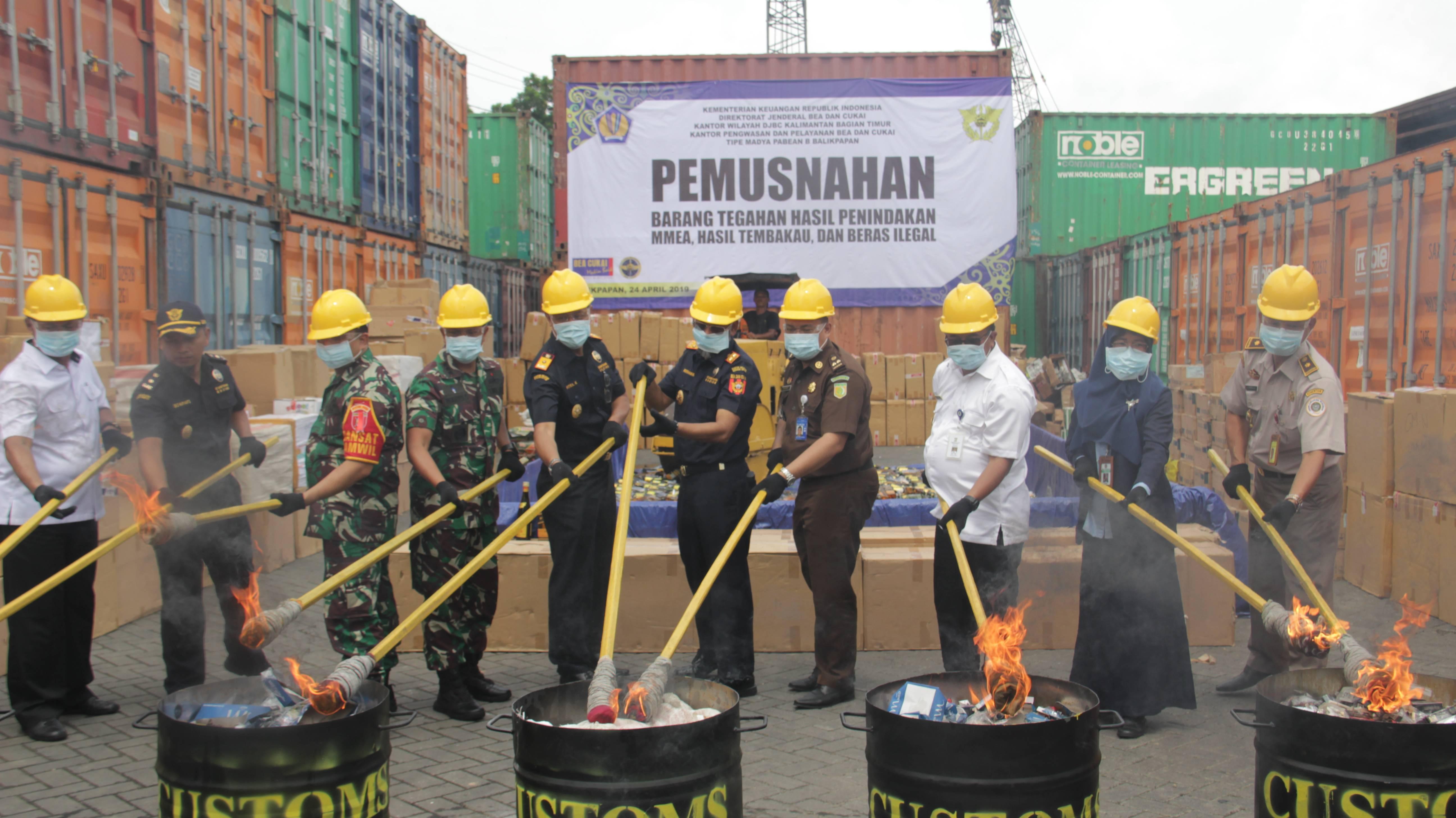 KPKNL Balikpapan Hadiri Pemusnahan Rokok dan Miras Ilegal oleh DJBC