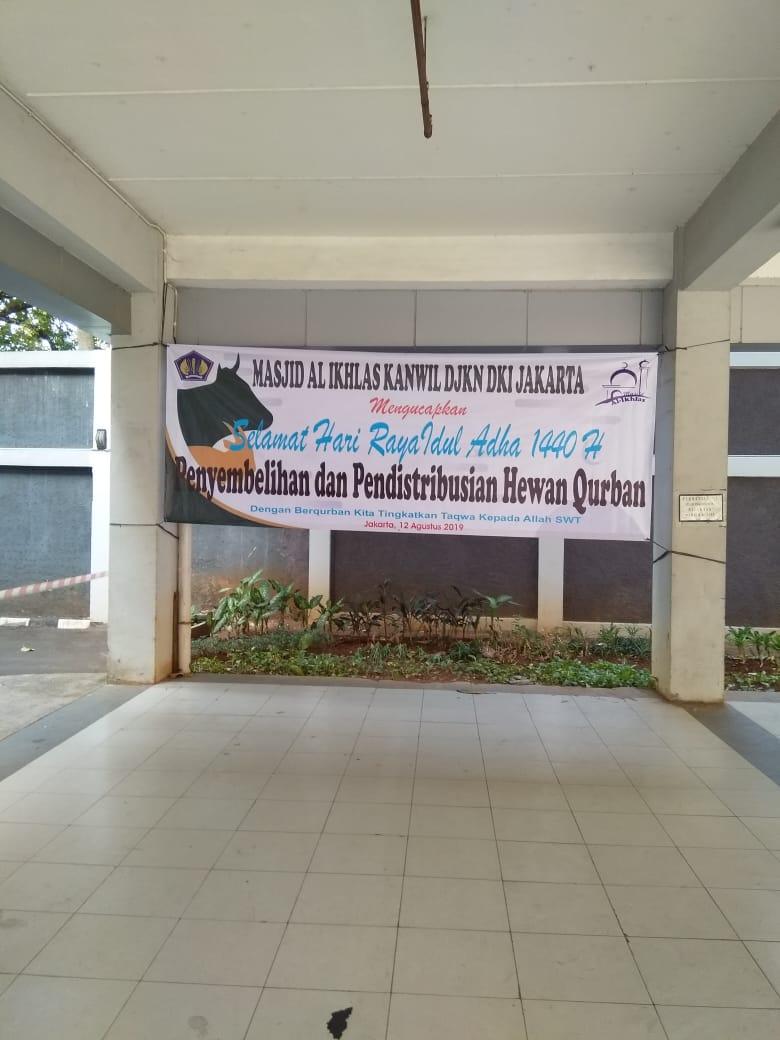 Berbagi Kebahagiaan, KPKNL Jakarta IV Turut Berpartisipasi Menyalurkan Daging Kurban Untuk Tenaga Pramubakti dan Masyarakat Sekitar
