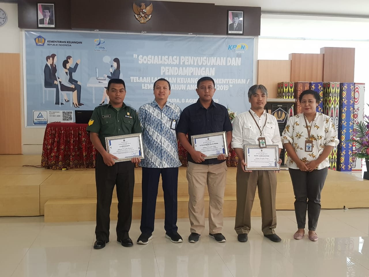 Kanwil DJKN Papabaruku Menerima Penghargaan Bidang Keuangan