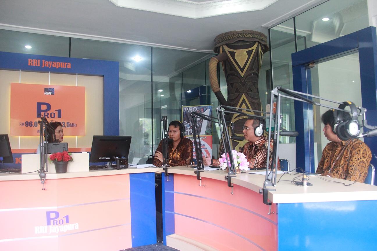 KPKNL Jayapura Edukasi Lelang Masyarakat Jayapura Via RRI Pro 1 FM - Jayapura