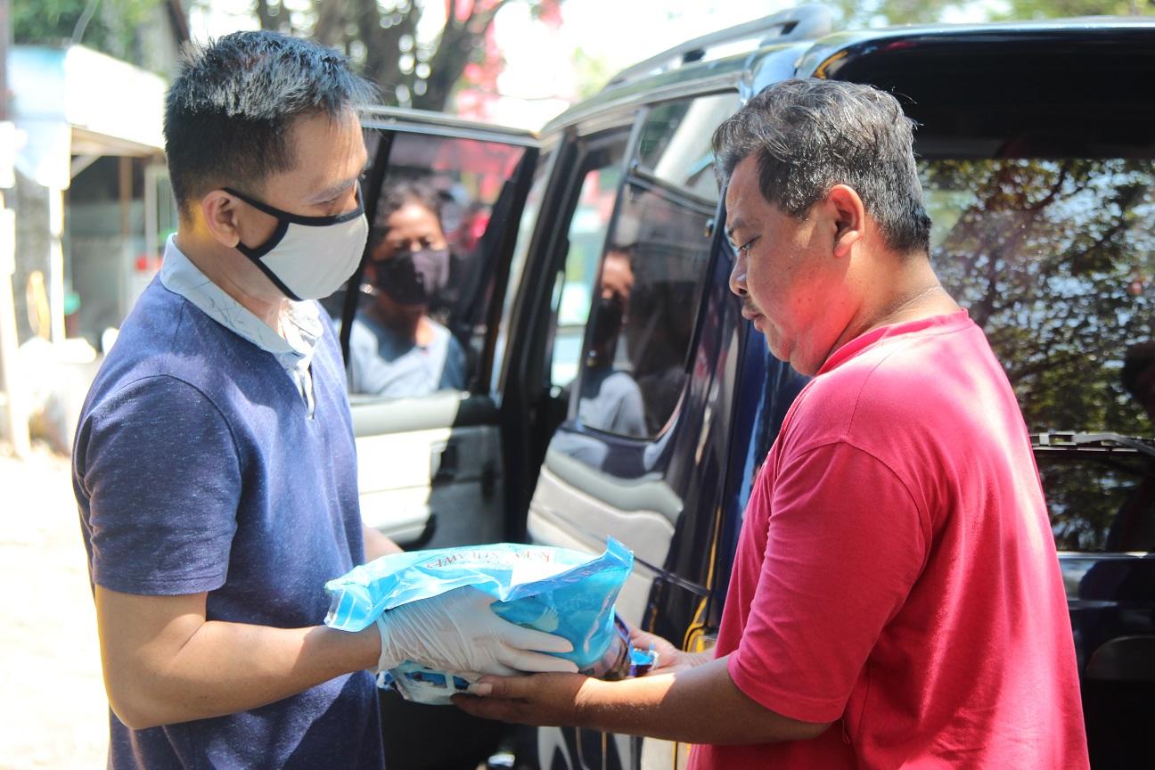 Respon Dampak COVID-19, Kanwil DJKN Suluttenggomalut dan KPKNL Manado Salurkan Bantuan