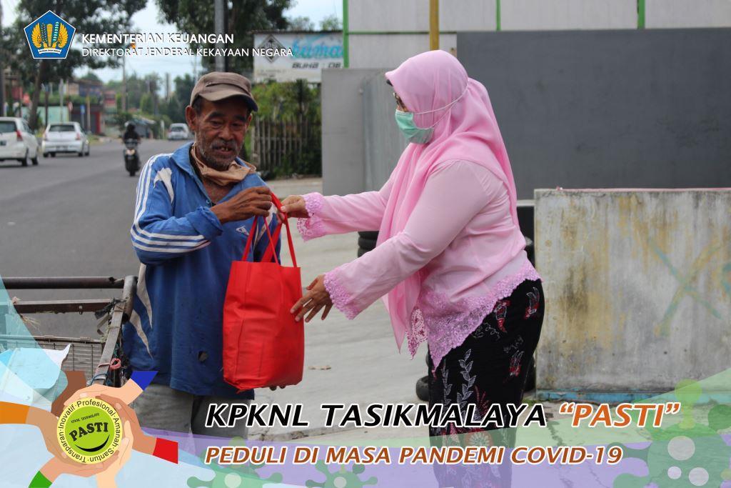 Peduli Kondisi masyarakat terdampak Covid-19, KPKNL Tasikmalaya Laksanakan Pembagian Sembako Gratis
