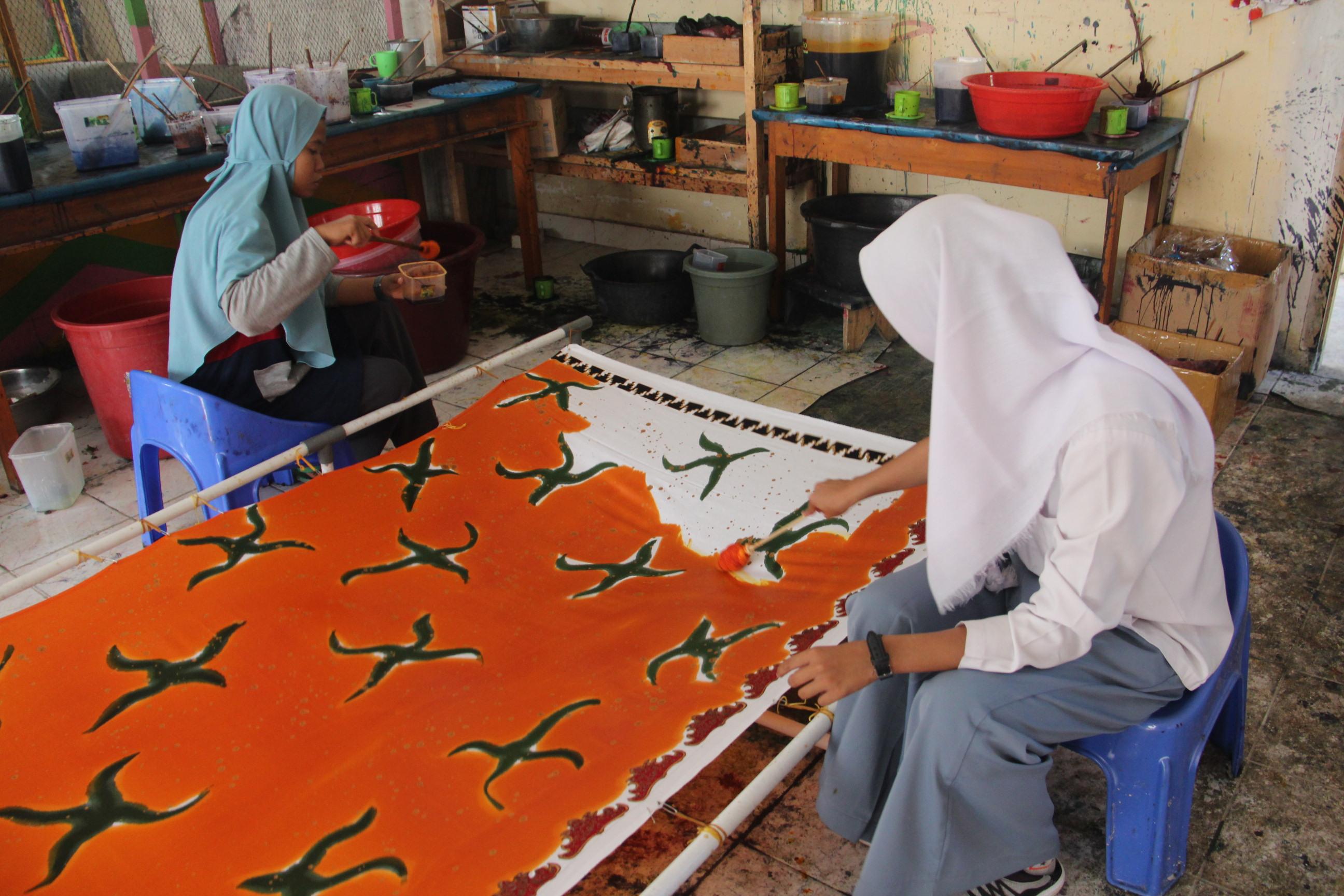 KPKNL Metro Promosikan 'Batik Silabi' karya ABK melalui Lelang
