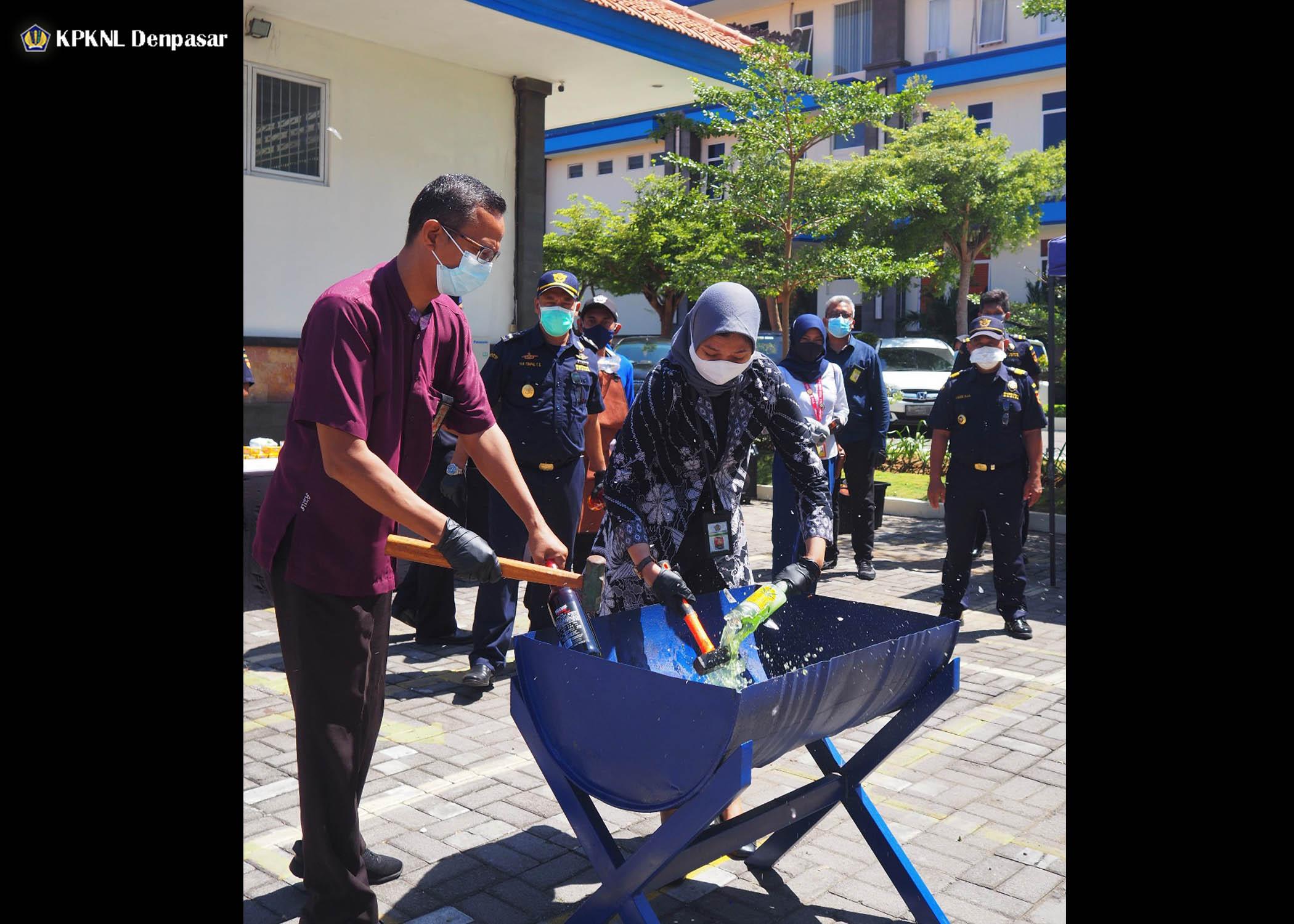 Bersama Bea Cukai Ngurah Rai, KPKNL Denpasar Musnahkan 334 Barang Tegahan