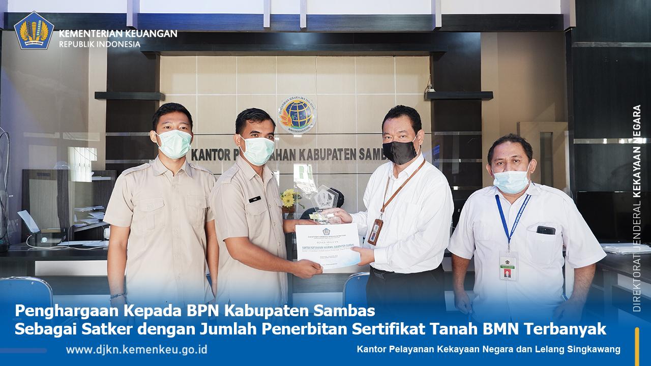 Penyerahan Penghargaan pada Kategori Terbanyak Melakukan Konsultasi Pengelolaan BMN dan Terbanyak Melakukan Penerbitan Sertifikat Tanah BMN