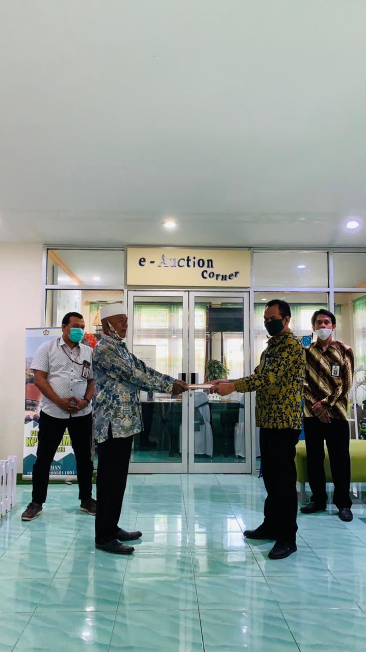 KPKNL Bima Melakukan Serah Terima Dokumen Asli Barang Jaminan Kepada Penanggung Hutang dalam Rangka Pelunasan Piutang Negara