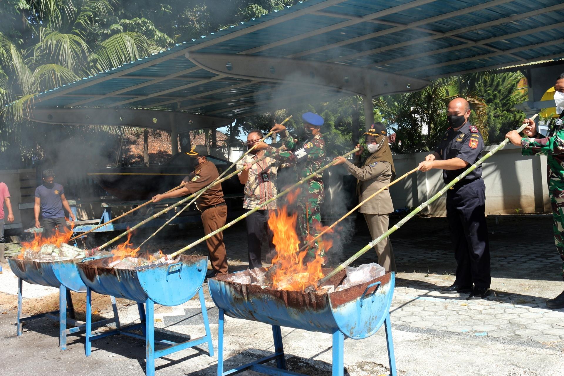 Pemusnahan Ribuan Bungkus Tembakau dan Ratusan Unit Smartphone Hasil Penindakan KPPBC TMP C Mataram