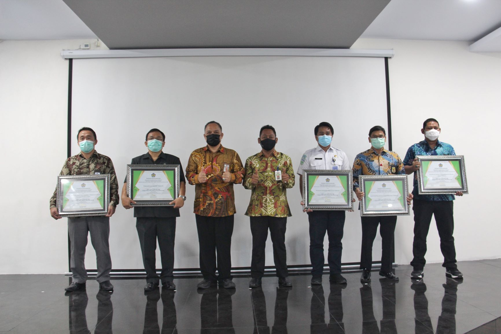 KPKNL Ternate Serahkan Piagam Penghargaan Kepada Stakeholder