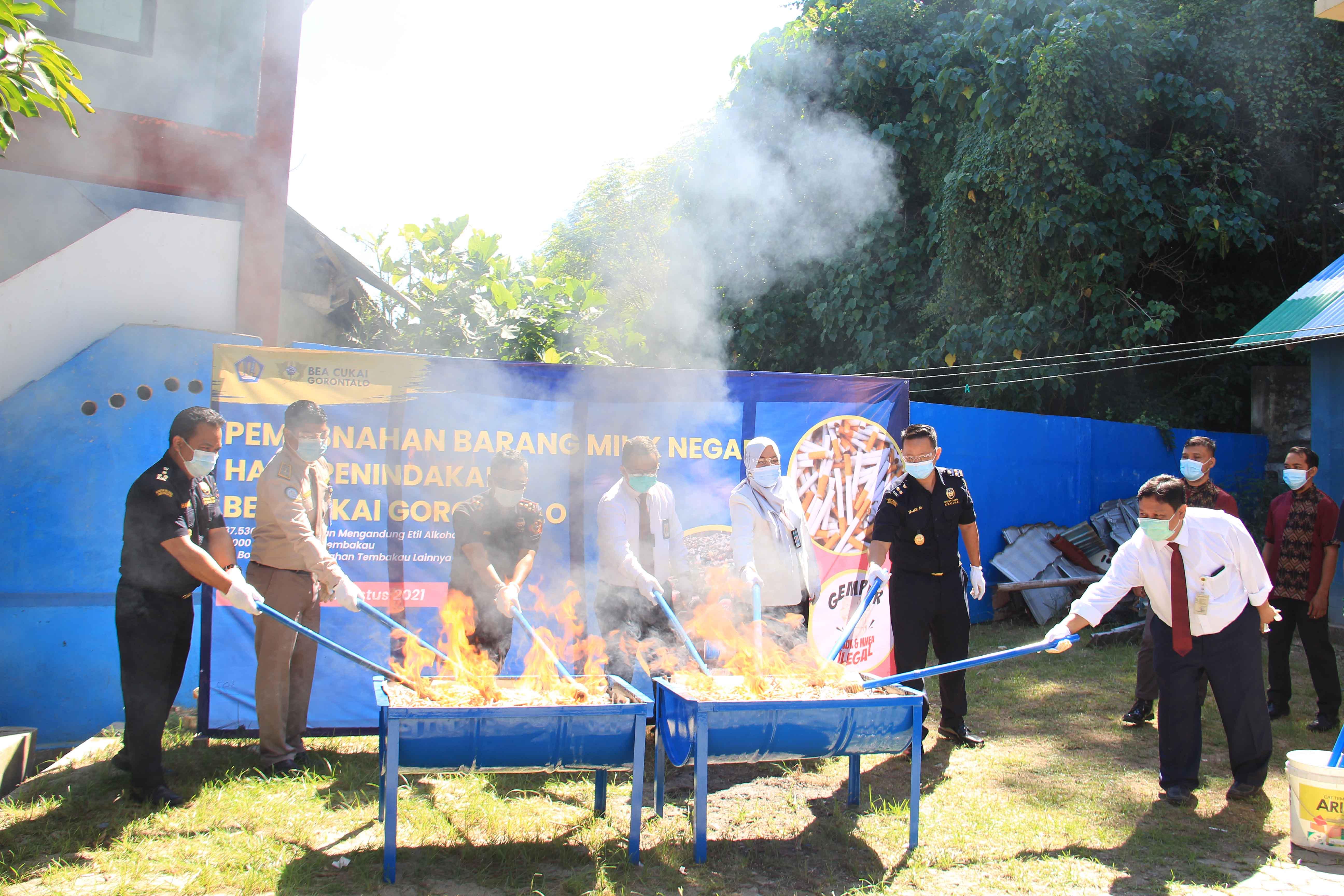 KPKNL Gorontalo dan KPPBC TMP C Gorontalo Musnahkan Puluhan Ribu Botol Miras dan Ribuan Batang Rokok Ilegal