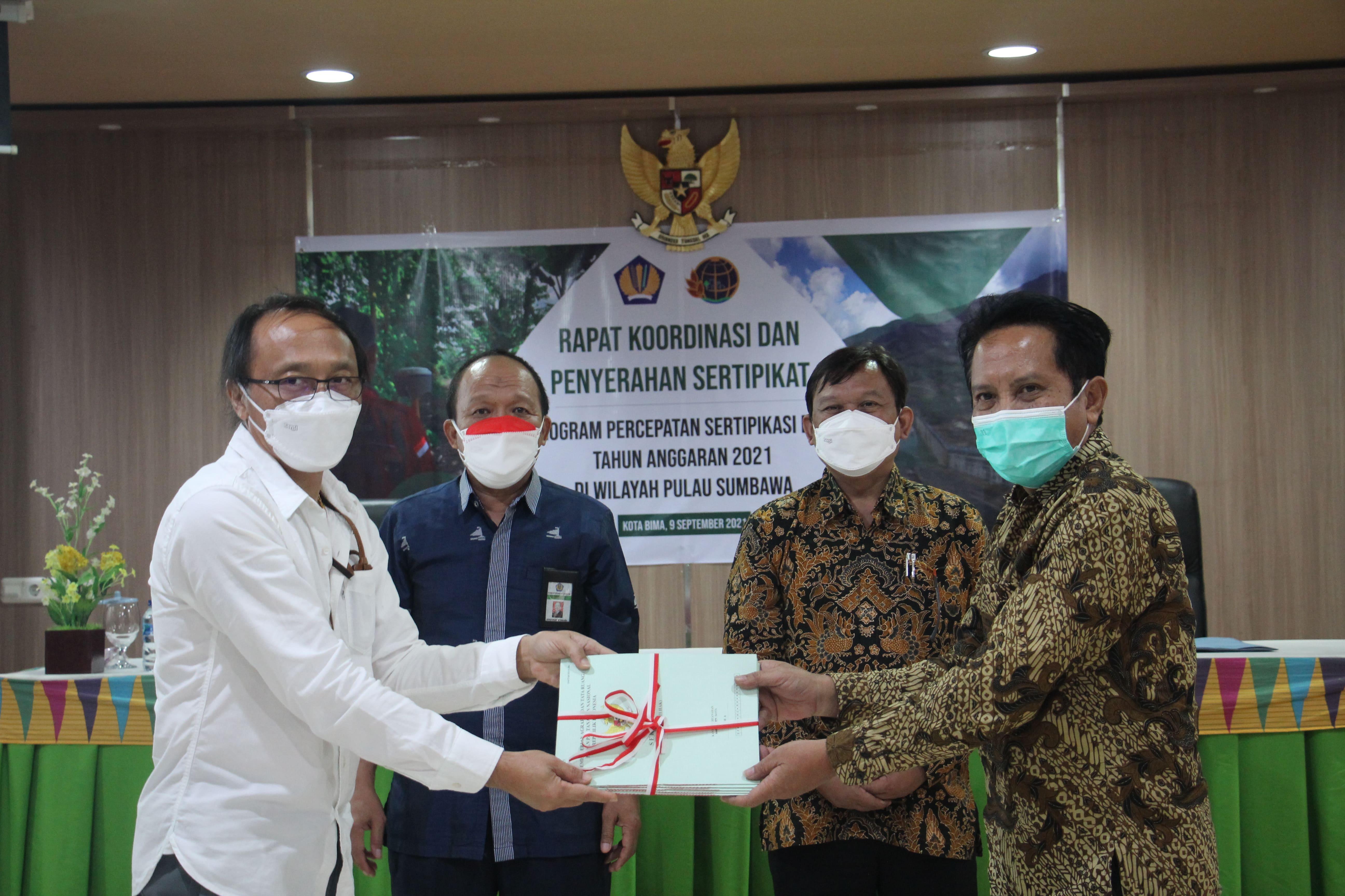 Penyerahan Sertifikat Tanah Warnai Pelaksanaan Rapat Koordinasi Program Percepatan Pensertifikatan Barang Milik Negara Berupa Tanah
